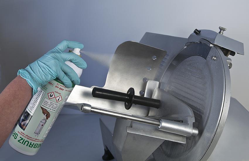 L'aérosol Sanibruiz est la référence pour la désinfection des matériels et des surfaces en cuisine.