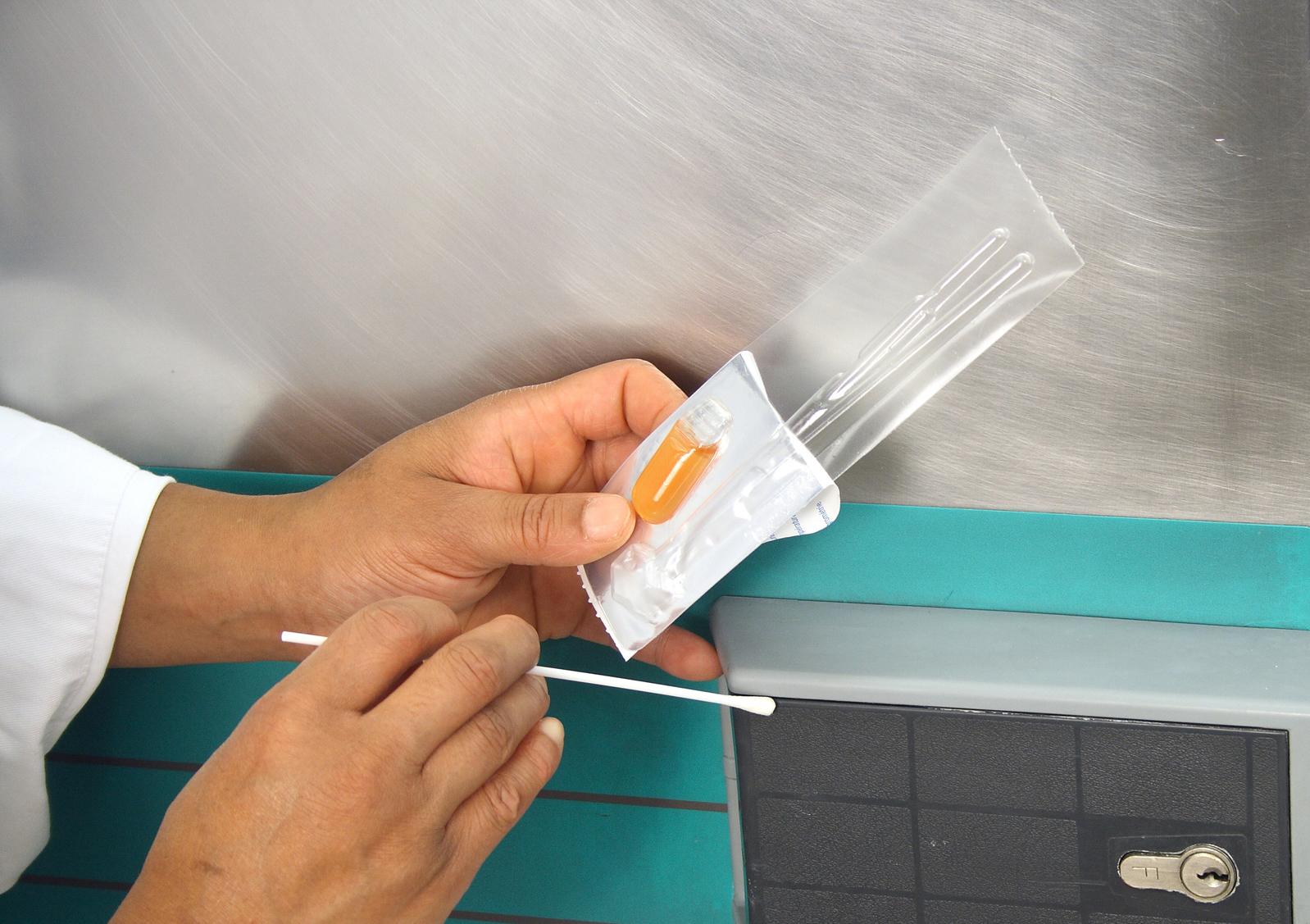 Le Sanitest permet d'effectuer des auto-contrôles des surfaces, matériels et des mains. Il fonctionne sur le principe du test microbiologique.